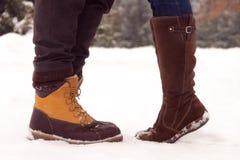 夫妇的腿在爱的在公园在冬天 库存照片