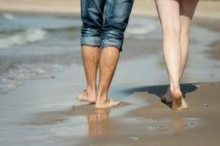 夫妇的行程在海滩的 库存照片