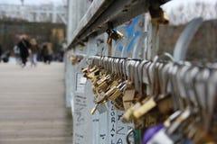 夫妇的记忆桥梁在巴黎 免版税库存照片