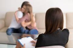 年轻夫妇的,精神分析的家庭成功的精神疗法会议 免版税库存照片