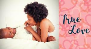 夫妇的综合图象在床和华伦泰词的 免版税库存图片