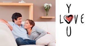 夫妇的综合图象在沙发的在爱 皇族释放例证