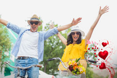 夫妇的综合图象在自行车和华伦泰心脏3d的 免版税库存照片