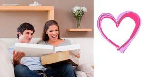 夫妇的综合图象在长沙发开头小包的 库存例证