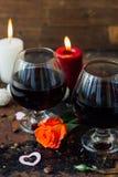 夫妇的-在玻璃的汁液浪漫饮料 库存照片