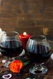 夫妇的-在玻璃的汁液浪漫饮料 免版税库存图片
