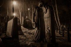 夫妇的画象-在坟园的石纪念碑 免版税库存照片