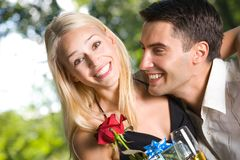 夫妇礼品愉快的年轻人 库存照片