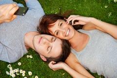 夫妇移动室外电话 免版税库存图片