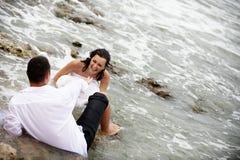 夫妇穿戴愉快的纵向垃圾婚礼 免版税库存图片