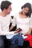 夫妇穿戴愉快看起来的成熟怀孕 库存照片