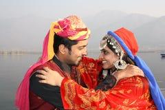 夫妇穿戴印第安传统年轻人 库存照片