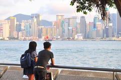 年轻夫妇站立在看城市的口岸 免版税库存照片
