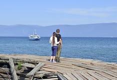 夫妇等待在码头的船在贝加尔湖 库存照片