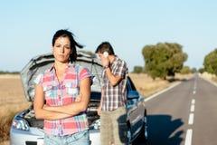 夫妇等待的汽车服务 免版税图库摄影