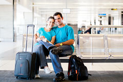 夫妇等待的飞行 免版税图库摄影