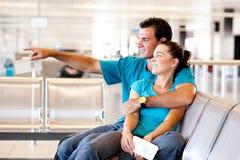 夫妇等待的飞行 免版税库存照片