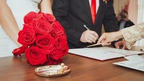 夫妇签署了他们的第一个文件 免版税库存图片