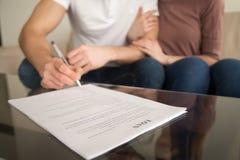夫妇签署的抵押贷款协议特写镜头购买的 免版税库存图片