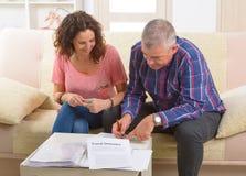 夫妇签署的旅行保险合同 免版税图库摄影