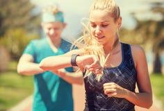 年轻夫妇精整跑步 库存图片