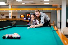 夫妇约会和使用落袋撞球 免版税库存照片