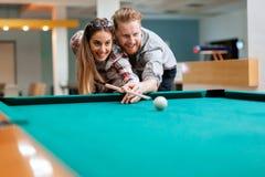 夫妇约会和使用落袋撞球 免版税图库摄影