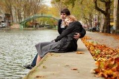 夫妇约会巴黎 免版税图库摄影