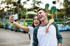 夫妇约会拥抱概念的游乐园享受 免版税库存图片