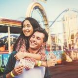 夫妇约会放松爱主题乐园概念 图库摄影