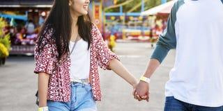 夫妇约会游乐园游艺集市欢乐嬉戏的幸福C 库存图片