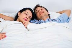 夫妇纵向休眠年轻人 免版税库存照片