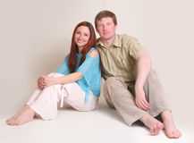 夫妇纵向微笑的工作室 免版税库存图片