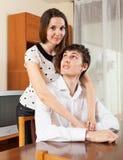 夫妇纵向微笑的年轻人 免版税图库摄影