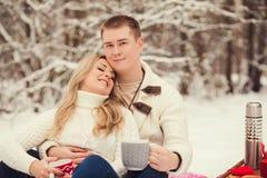 夫妇纵向微笑的年轻人 免版税库存照片