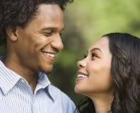 夫妇纵向微笑 免版税库存照片
