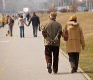 夫妇老散步 免版税图库摄影