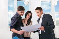 夫妇考虑未来公寓设计 免版税库存图片