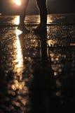 夫妇脚亲吻在雨中 免版税库存照片