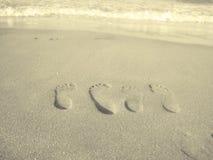 夫妇脚印爱沙子 库存照片