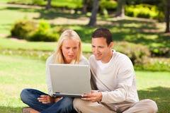 夫妇膝上型计算机他们的工作 免版税库存图片