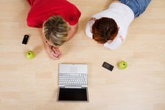 夫妇膝上型计算机使用 免版税图库摄影