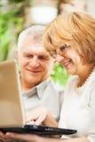 夫妇膝上型计算机前辈使用 库存照片