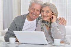 夫妇膝上型计算机前辈 免版税库存图片
