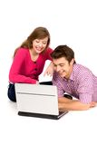 夫妇膝上型计算机少年使用 库存图片