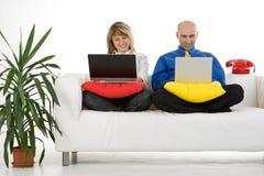夫妇膝上型计算机工作 免版税图库摄影