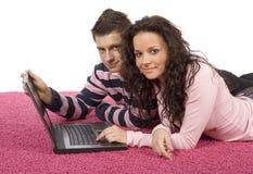 夫妇膝上型计算机年轻人 免版税库存图片