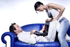 夫妇膝上型计算机年轻人 免版税图库摄影