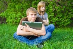 夫妇膝上型计算机年轻人 库存图片