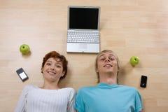 夫妇膝上型计算机电话 免版税图库摄影
